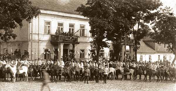 October 9 – In the Polish–Lithuanian War, Polish troops take Vilnius