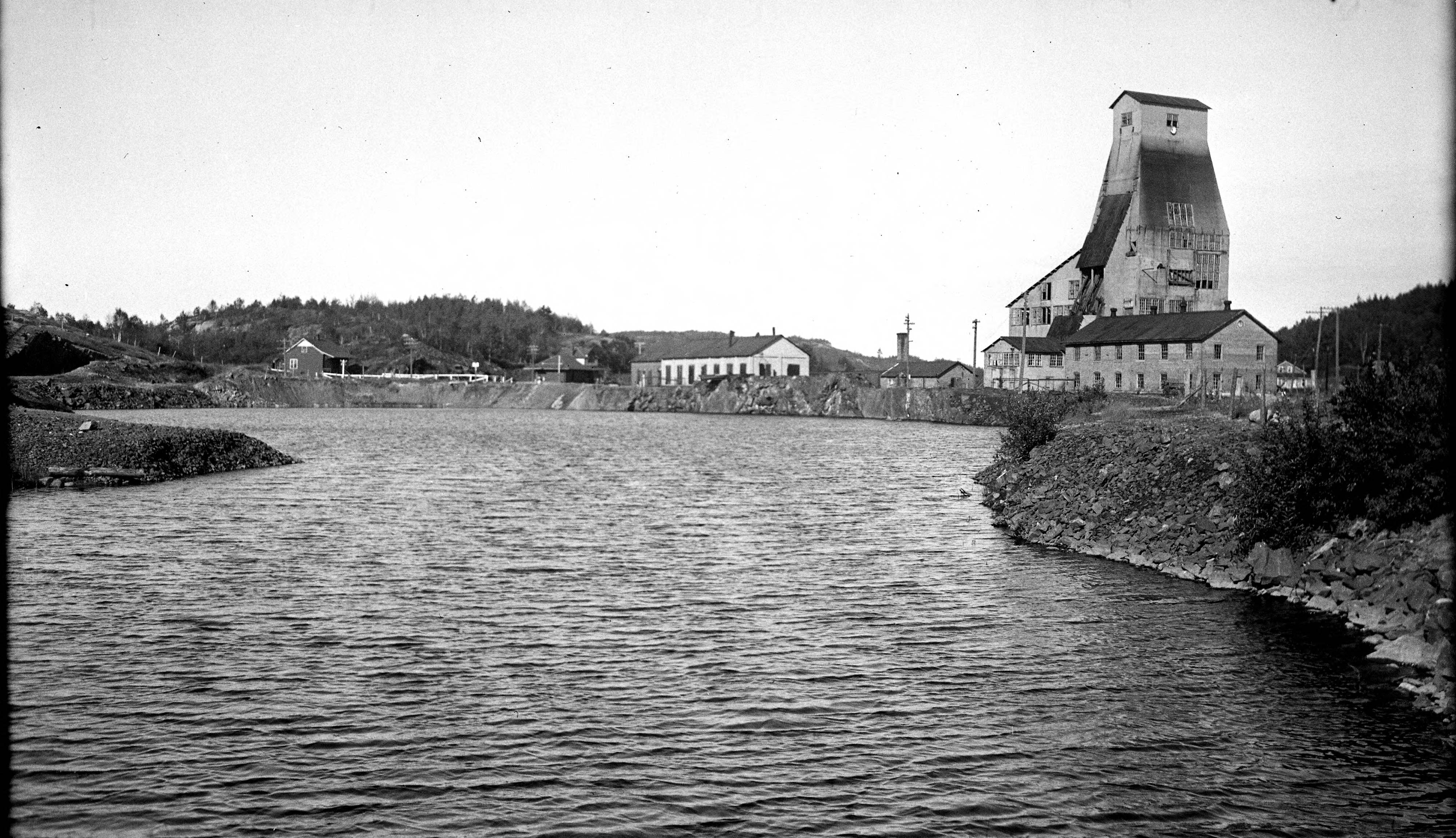 October 27 - Worthington, Ohio, collapses into a lake due to mine shafts underground - as the town has already been evacuated, there are no injuries